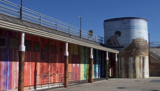Particolare dei pannelli colorati collocati sulla parete esterna del supermercato